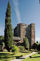 La cour interieur du chateau est ammenagee en jardin ouvert a la visite.