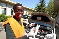 Parma / Italia<br /> Un rifugiato assistito dall'Onlus CIAC di Parma ha trovato lavoro presso un'officina meccanica.<br /> Foto Livio Senigalliesi