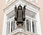 Oesterreich, Salzburger Land, Salzburg-Neustadt: Skulptur an einem Wohnhaus in der Linzergasse | Austria, Salzburger Land, Salzburg-New Town: sculpture at residential building in Linzergasse Street