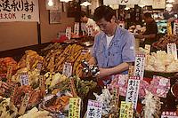"""Asie/Japon/Kyoto: Le marché couvert """"Nishikikoji Dori"""" - Marchand de légumes marinés"""