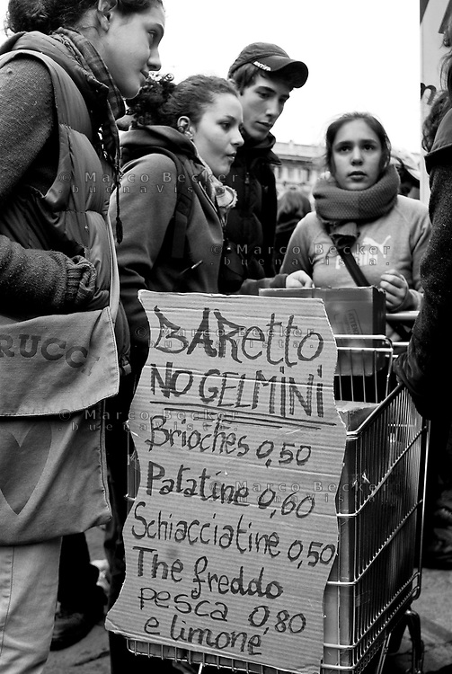 "milano, manifestazione studentesca contro la riforma dell'istruzione.  ""baretto"" su carrello della spesa --- milan, student demonstration against the school reform. ""little bar"" on shopping cart"