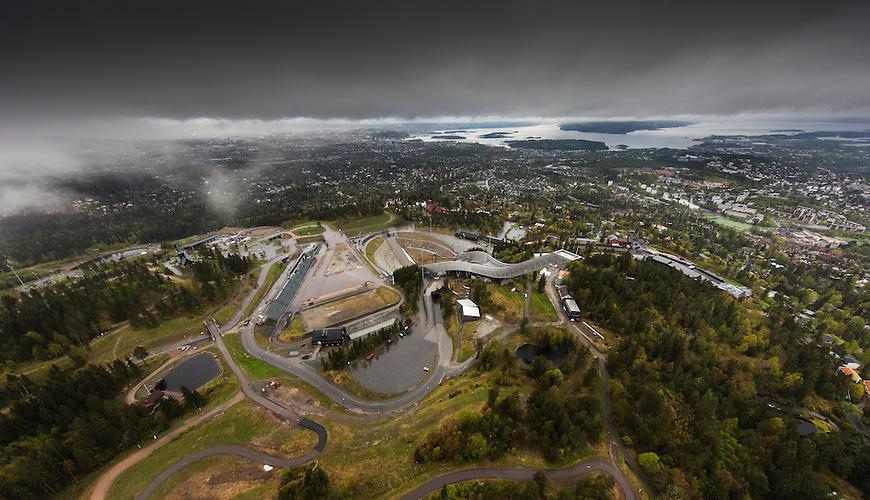 Oslo fra lufta, 20150519. Holmenkollen, i tåke og regn. Foto: Eirik Helland Urke