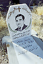 Irak Kurdistan 2002<br /> Pierre tombale au cimetière chrétien de Shaklawa<br /> Iraq 2002<br /> A christian tombstone in the christian graveyard of Shaklawa