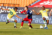 MEDELLIN - COLOMBIA, 10-11-2020: Javier Reina del Medellín disputa el balón con Nicolas Roa y Jair Palacios de Bucaramanga durante partido por la fecha 19 entre Deportivo Independiente Medellín y Atlético Bucaramanga como parte de la Liga BetPlay DIMAYOR I 2020 jugado en el estadio Atanasio Girardot de la ciudad de Medellín. / Javier Reina of Medellin vies for the ball with Nicolas Roa and Jair Palacios of Bucaramanga during atch for the date 19 between Deportivo Independiente Medellin and Atletico Bucaramanga as a part BetPlay DIMAYOR League I 2020 played at Atanasio Girardot stadium in Medellin city. Photo: VizzorImage / Donaldo Zuluaga / Cont
