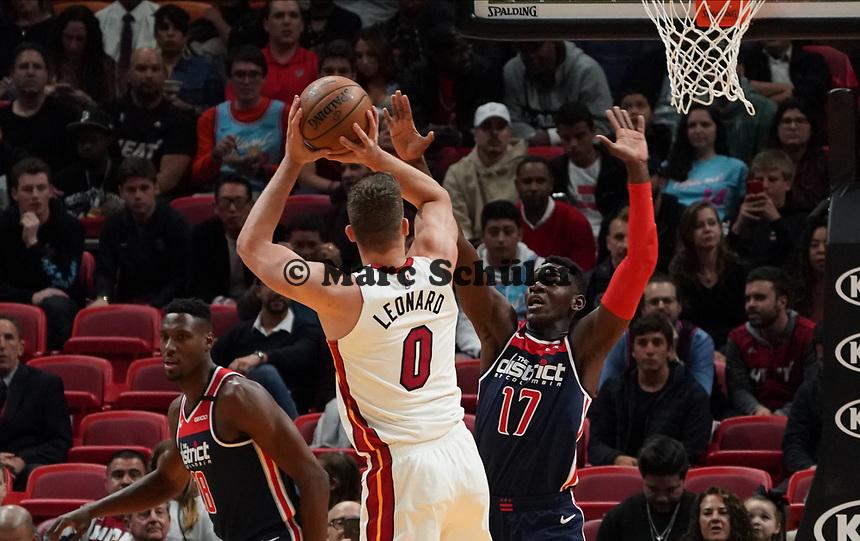 Meyers Leonard (F/C Miami Heat, #00) gegen Isaac Bonga (G/F, Washington Wizards, #17) - 22.01.2020: Miami Heat vs. Washington Wizards, American Airlines Arena