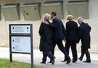Besuch des Präsidenten der vereinigten Staaten von Amerika (USA) Barack Obama vom 4. bis 5. Juni 2009 in der Bundesrepublik Deutschland - Visite in der Mahn- und Gedenkstätte Buchenwald auf dem Ettersberg bei Weimar (Freitag der 5.6.2009) - im Bild:  Abgang nach dem Statement - v.l.n.r. Elie Wiesel (Buchenwald Überlebender), Barack Obama, Kanzlerin Angela Merkel und Bertrand Herz (Überlebender). Foto: Norman Rembarz..