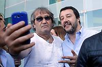 Matteo Salvini si fa un selfie<br /> Roma 20-04-2016 Il segretario della Lega Nord in visita alla stazione Tiburtina.<br /> Rome 20th April 2016. The secretary of Lega Nord party visits Tiburtina Station<br /> Photo Samantha Zucchi Insidefoto