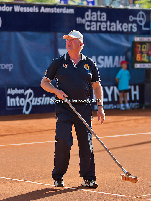 03-09-13,Netherlands, Alphen aan den Rijn,  TEAN, Tennis, Tean International Tennis Tournament 2013, Tean International ,  Linesman sweeping court <br /> Photo: Henk Koster