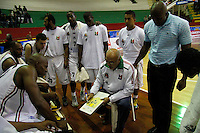 MANIZALEZ -COLOMBIA-19-04-2013. Guillermo Moreno técnico de Once Caldas da ordenes durante partido contra Piratas en la fecha 1 fase II de la Liga DirecTV de baloncesto profesional colombiano 2013 disputado en la ciudad de Manizales./  Once Caldas' coach Guillermo Moreno give orders during game against Piratas on the first date phase II of DirecTV League of professional Basketball of Colombia 2013 at Manizales city. Photo: VizzorImage/JJ Bonilla/STR