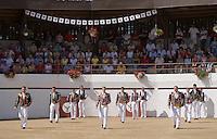 Europe/France/Aquitaine/40/Landes/ Vielle-Tursan:la cuadrilla pénètre dans les arènes lors de la course landaise organisée pour la fête du village // France, Landes, Vielle Tursan,  during a bullfight at the Fete Village Festival