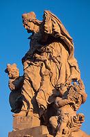 Karlsbrücke (Karlov Most), Statue der Ludmilla, Prag, Tschechien, Unesco-Weltkulturerbe.