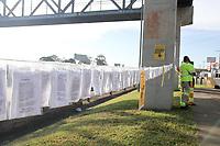 Campinas (SP), 01/04/2021 - Campanha-SP - A concessionária CCR AutoBAn, que administra o Sistema Anhanguera-Bandeirantes, distribui gratuitamente máscaras de tecido aos pedestres na passarela que fica no km 104 da Rodovia Anhanguera, em Campinas, interior de São Paulo, na manhã desta quinta-feira (01). As máscaras estarão embaladas e disponibilizadas em um varal montado na passarela, para que os pedestres possam retirar individualmente e manter o distanciamento físico necessário neste momento de pandemia.
