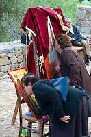 Zypern (Süd), Panagia Forviotissa in Asinou Troodos-Gebirge, 12.Jh., Unesco-Weltkulturerbe, Gläubige Küssen Heiligenbild an Ostern