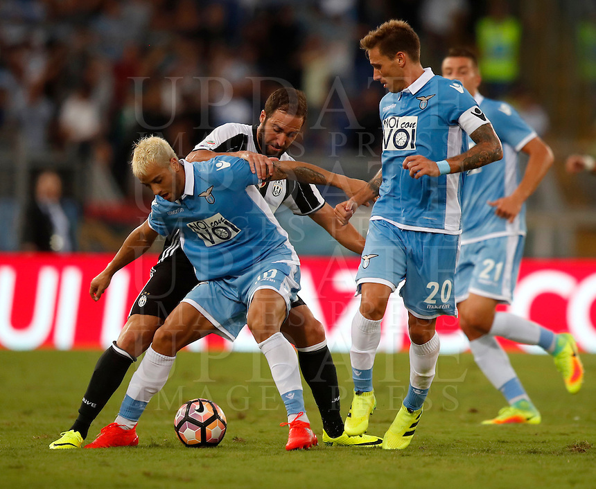 Calcio, Serie A: Lazio vs Juventus. Roma, stadio Olimpico, 27 agosto 2016.<br /> Juventus' Gonzalo Higuain, center, fights for the ball against Lazio's Felipe Anderson, left, and Lucas Biglia, during the Serie A soccer match between Lazio and Juventus, at Rome's Olympic stadium, 27 August 2016. Juventus won 1-0.<br /> UPDATE IMAGES PRESS/Isabella Bonotto