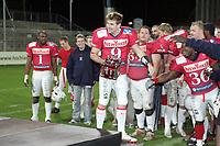 Quarterback Dennis Zimmermann (Braunschweig Lions) mit der Trophäe für den wertvollsten Spieler