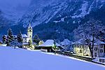 CHE, Schweiz, Kanton Bern, Berner Oberland, Grindelwald mit Dorfkirche an einem Winterabend | CHE, Switzerland, Bern Canton, Bernese Oberland, Grindelwald with church on a winter evening