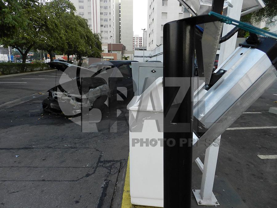 SAO PAULO - SP - 31 DE JULHO DE 2013 - MANIFESTAÇÃO/DEPREDAÇÃO, cameras de uma lanchoente da Av Rebouças, foram quebradas devido ao vandalismo da manifestação de ontem em Pinheiros, o carro queimado não foi ato de vandalos e sim de pane elétrica. FOTO: MAURICIO CAMARGO / BRAZIL PHOTO PRESS.