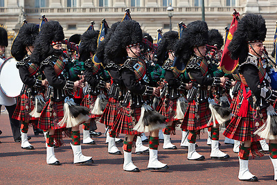 United Kingdom, London: Trooping the Colour, Pipers of the Scots Guards marching past Buckingham Palace   Grossbritannien, England, London: Trooping the Colour, alljaehrliche Militaerparade am zweiten Samstag im Juni zu Ehren des Geburtstages der britischen Koenige und Königinnen, Dudelsackpfeiffer der schottischen Garde marschieren vor dem Buckingham Palast
