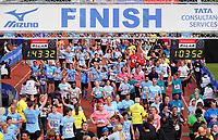 Nederland - Amsterdam - 2019 . De Marathon van Amsterdam. De finish in het Olympisch Stadion. De deelnemers in het blauw rennen voor Stichting Semmy.  Foto Berlinda van Dam / Hollandse Hoogte