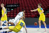 11-05-2021: Basketbal: Donar Groningen v Den Helder Suns: Groningen,  Donar speler Davonte Lacy duikt over Den Helder speler Dyon Halman