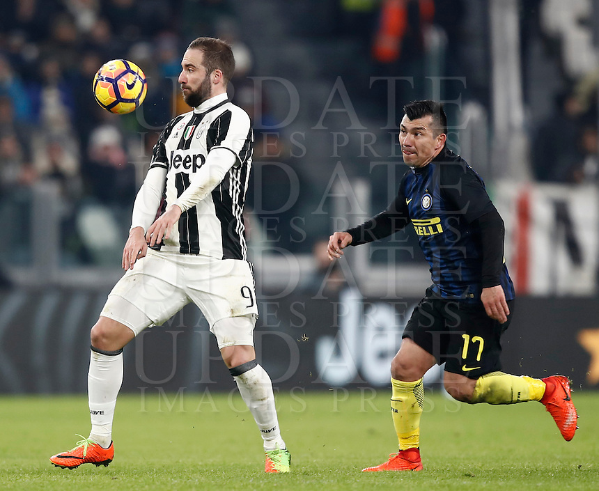 Calcio, Serie A: Torino, Juventus Stadium, 5 febbraio 2017.<br /> Juventu's Gonzalo Higuain (l) in action Inter Milan's Gary Medel (r) during the Italian Serie A football match between Juventus and Inter Milan at Turin's Juventus Stadium, on February 5, 2017.<br /> UPDATE IMAGES PRESS/Isabella Bonotto