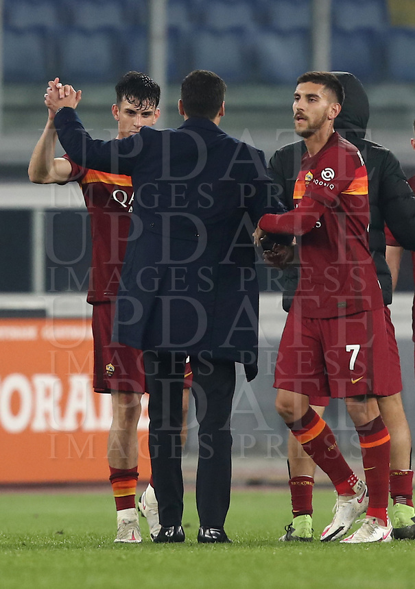 Football, Serie A: AS Roma - Cagliari calcio, Olympic stadium, Rome, December 23, 2020. <br /> Roma's coach Paulo Fonseca (c) greets his players after winning 3-2 the Italian Serie A football match between Roma and Cagliari at Rome's Olympic stadium, on December 23, 2020.  <br /> UPDATE IMAGES PRESS/Isabella Bonotto