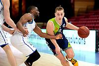 10-04-2021: Basketbal: Donar Groningen v ZZ Leiden: Groningen, Leiden speler Riley Lachance in duel met Donar speler Jarred Ogungbemi-Jackson