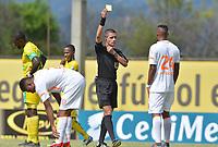 ITAGÜÍ - COLOMBIA, 25-08-2018: Oscar Javier Gomez, arbitro, muestra la tarjeta amarilla a Cristian Arrieta de Envigado durante el encuentro entre Leones FC y Envigado F.C. por la fecha 6 de la Liga Águila II 2018 jugado en el estadio Metropolitano de Itagüí. / POscar Javier Gomez, referee, shows the yellow card to Cristian Arrieta of Envigado during the match between Leones FC and Envigado F.C. for the date 6 of the Aguila League II 2018 played at Metropolitano stadium in Itagui city.  Photo: VizzorImage / León Monsalve / Cont