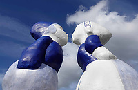 Nederland Amsterdam - September 2019. Westelijk Havengebied. Kissing Couple XXXL van de kunstenaar Saske van Eerden. Noordzeekanaal. Foto: Berlinda van Dam