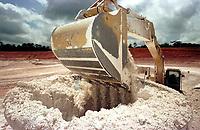 Vista da escavadeira retirando caulim  na  mina da Pará Pigmentos em Ipixuna, CVRD.<br />Ipixuna-Pará-Brasil12/09/2000<br />©Foto: Paulo Santos/ Interfoto