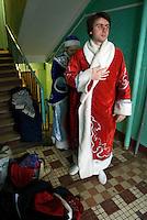 RUSSLAND, Moskau, 12.2007. ©  Sergey Kozmin/EST&OST.Weihnachten mit Vaeterchen Frost. Besuch bei den Kindern im Plattenbau.   Christmas with Father Frost. Visiting the children in the prefab blocks.