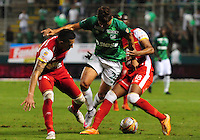CALI - COLOMBIA -18-10-2015: Andres Roa (Cent.) jugador de Deportivo Cali disputa el balón con Yeison Gordillo (Izq.) y Almir Soto (Der.) jugadores de Independiente Santa Fe, durante partido entre Deportivo Cali y Independiente Santa Fe por la fecha 16 de la Liga Aguila II-2015, jugado en el estadio Deportivo Cali (Palmaseca)  de la ciudad de Cali. / Andres Roa (C) player of Deportivo Cali vies for the ball with Yeison Gordillo (L) and Almir Soto (R) players of Independiente Santa Fe, during a match between Deportivo Cali and Independiente Santa Fe, for the date 16 of the Liga Aguila II-2015 at the Deportivo Cali (Palmaseca)  stadium in Cali city. Photo: VizzorImage  / NR / Cont.