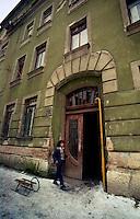 Sarajevo / Bosnia 1992 <br /> Sullo sfondo la casa in Ulica Sutievka 2 dove abitava Radovan Karadzic prima del conflitto. 1992. On the backstage the building in Ulica Sutievska 2 where Radovan Karadzic lived before the conflict.<br /> Photo Livio Senigalliesi