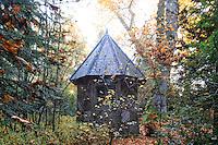 France, Allier (03), Villeneuve-sur-Allier, Arboretum de Balaine en automne, petite fabrique en bois du 19ème siècle