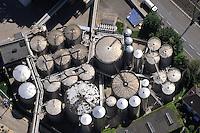 Strommasten in Moorburg mit Windkraftanlage Altenwerder: EUROPA, DEUTSCHLAND, HAMBURG, HARBURG(EUROPE, GERMANY), 03.06.2010: Tanklager der Harburger Oelwerke.