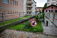 Switzerland. Canton Ticino. Lugano. A sign warns dog owners to keep dogs from pooping on the garden grass. 28.05.19 © 2019 Didier Ruef
