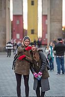 """Die temporaeren Skulptur """"Monument"""" von Manaf Halbouni auf dem Platz des 18. Maerz vor dem Brandenburger Tor.<br /> Die Skultur ist ein Mahnmal gegen den Buergerkrieg in Syrien. Dort werden kaputte Busse zum Schutz gegen Scharfschuetzen genutzt indem sie hochkant in den Strassen aufgestellt werden.<br /> Im Bild: Zwei Touristinnen machen ein Selfie vor dem Brandenburger Tor.<br /> 13.11.2017, Berlin<br /> Copyright: Christian-Ditsch.de<br /> [Inhaltsveraendernde Manipulation des Fotos nur nach ausdruecklicher Genehmigung des Fotografen. Vereinbarungen ueber Abtretung von Persoenlichkeitsrechten/Model Release der abgebildeten Person/Personen liegen nicht vor. NO MODEL RELEASE! Nur fuer Redaktionelle Zwecke. Don't publish without copyright Christian-Ditsch.de, Veroeffentlichung nur mit Fotografennennung, sowie gegen Honorar, MwSt. und Beleg. Konto: I N G - D i B a, IBAN DE58500105175400192269, BIC INGDDEFFXXX, Kontakt: post@christian-ditsch.de<br /> Bei der Bearbeitung der Dateiinformationen darf die Urheberkennzeichnung in den EXIF- und  IPTC-Daten nicht entfernt werden, diese sind in digitalen Medien nach §95c UrhG rechtlich geschuetzt. Der Urhebervermerk wird gemaess §13 UrhG verlangt.]"""