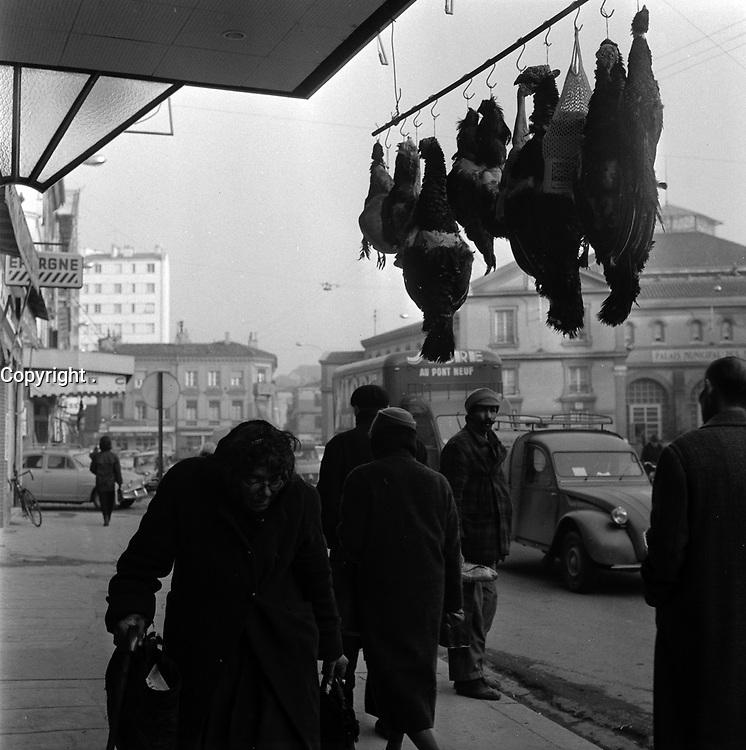 24 Décembre 1963. Vue d'une boutique de vente de volailles sur la place Dupuy.