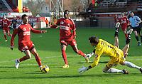 KV Kortrijk - SV Zulte-Waregem..doelman Sammy Bossut probeert Mohamed Messoudi (links) af te stoppen. Christian Liolo Benteke (midden) kijkt toe...foto VDB / BART VANDENBROUCKE