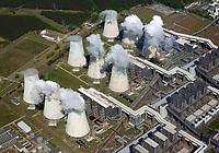 Kraftwerk Jänschwalde: DEUTSCHLAND, EUROPA, BRANDENBURG 10.05.2018: Das Kraftwerk Jänschwalde ist ein Wärmekraftwerk im Südosten Brandenburgs, das überwiegend mit Braunkohle aus den Niederlausitzer Tagebauen Cottbus-Nord, Jänschwalde und Welzow-Süd befeuert wird. Kraftwerksbetreiber ist die Lausitz Energie Kraftwerke AG (LEAG).<br /> Das Kraftwerksgelände befindet sich in der Gemarkung des zur Gemeinde Teichland gehörenden Ortsteils Neuendorf, etwa fünf Kilometer südöstlich des Stadtzentrums der Stadt Peitz und östlich der Peitzer Teiche. Der namensgebende Ort Jänschwalde liegt rund vier Kilometer nordöstlich des Kraftwerks.<br /> Gemessen an der installierten Leistung ist das Kraftwerk Jänschwalde mit 3.000 Megawatt nach den Kraftwerken Neurath und Niederaußem das drittgrößte Kraftwerk Deutschlands. In der Lausitz war einzig das Kraftwerk Boxberg mit 3.520 MW größer, bis dessen veraltete Kraftwerksblöcke (2.520 MW) stillgelegt wurden.<br /> <br /> Nach Angaben von Vattenfall erzeugt das Kraftwerk jährlich etwa 22.000 GWh Strom.[1] Mit einem CO2-Ausstoß von 23,3 Mio. Tonnen verursachte das Kraftwerk im Jahr 2015 die vierthöchsten Treibhausgasemissionen aller europäischen Kraftwerke.[2]