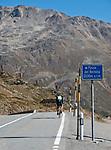 Schweiz, Graubuenden, einzelner Radfahrer erreicht den Berninapass (Passo del Bernina) | Switzerland, Graubuenden, single cyclist reaches Bernina Pass (Passo del Bernina)