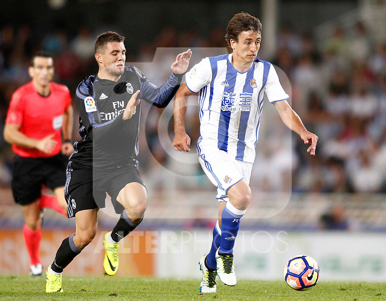 Real Sociedad's Mikel Oyarzabal (r) and Real Madrid's Mateo Kovacic during La Liga match. August 21,2016. (ALTERPHOTOS/Acero)