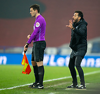 7th November 2020 The John Smiths Stadium, Huddersfield, Yorkshire, England; English Football League Championship Football, Huddersfield Town versus Luton Town; Huddersfield Manager Carlos Corberan shouting instructions in the final minutes