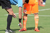 ENVIGADO -COLOMBIA-21-02-2015. Hernando Buitrago arbitro señala el pinto de falta durante partido entre Envigado FC y Uniautonoma por la fecha 5 de la Liga Águila I 2015 realizado en el Polideportivo Sur de la ciudad de Envigado./  Hernando Buitrago signs point of fault during the match batween Envigado FC and Uniautonoma for the 4th date of the Aguila League I 2015 at Polideportivo Sur in Envigado city.  Photo: VizzorImage/León Monsalve/STR