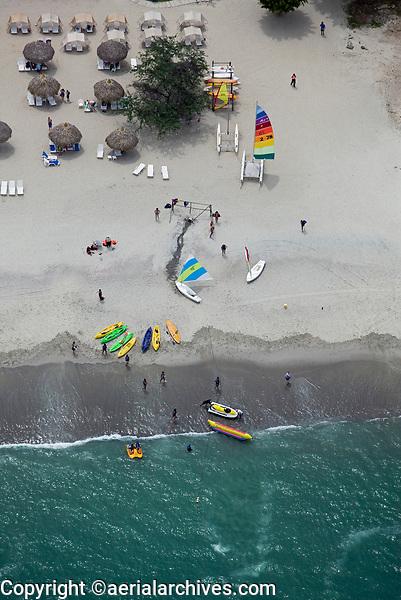 aerial photograph of a beach on the Pacific Ocean in Panama | fotografía aérea de una playa del Océano Pacífico en Panamá