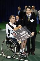 19-11-06,Amsterdam, Tennis, Wheelchair Masters, winner Robin Ammerlaan receiver the winners check