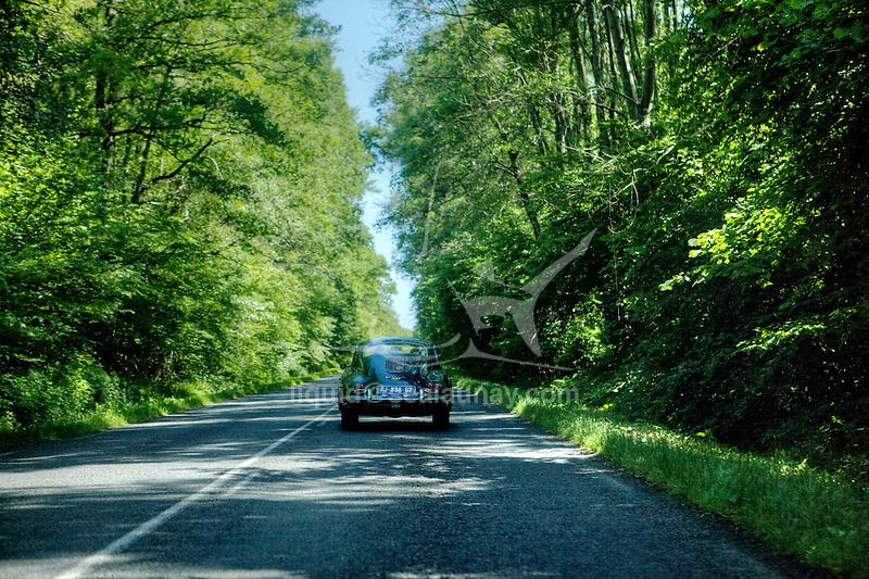 Onboard a Porsche 911 T ( 1970 ) throughout the Reims region.