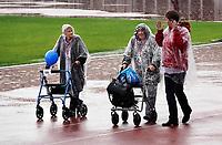 Nederland - Amsterdam.  september 2018.  De Nationale Rollatorloop in het Olympisch Stadion vond dit jaar plaats in de stromende regen. De Rollatorloop is speciaal in het leven geroepen om elkaar op te peppen om in beweging te blijven. Zorgpersoneel, vrijwilligers en familie begeleiden de deelnemers. Deelnemers lopen na afloop met een medaille om naar de uitgang.   Foto mag niet in negatieve context worden gepubliceerd.    Foto Berlinda van Dam / Hollandse Hoogte
