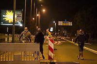 """Nach den pogromartigen Ausschreitungen gegen eine Fluechtlinsunterkunft im saechschen Heidenau am Freitag den 21. August 2015 durch Anwohnerinnen der Ortschaft, kamen am Samstag de 22. August 2015 ca. 250 Menschen in die Ortschaft um ihre Solidaritaet mit den Gefluechteten zu zeigen.<br /> Am Vorabend hatten Rassisten, Nazis und Hooligans sich zum Teil Strassenschlachten mit der Polizei geliefert um zu verhindern, dass Fluechtlinge in einen umgebauten Baumarkt einziehen. Ueber 30 Polizisten wurden dabei verletzt.<br /> Bis in die Abendstunden des 22. August blieb es trotz spuerbarer Anspannung um die Unterkunft ruhig. Im Laufe des Tages wurden immer wieder Gefluechtete mit Reisebussen gebracht was von den wartenenden Heidenauern mit Buh-Rufen begleitet wurde. Vereinzelt wurde auch """"Sieg Heil"""" gerufen, was die Polizei jedoch nicht verfolgte.<br /> Kurz vor 23 Uhr griffen Nazis und Hooligans wie am Vorabend die Polizei mit Steinen, Flaschen, Feuerwerkskoerpern und Baustellenmaterial an. Die Polizei mussten mehrfach den Rueckzug antreten, scheuchte den Mob dann von der Fluechtlingsunterkunft weg. Dabei wurden auch wieder Traenengasgranaten verschossen. Mindestens ein Nazi wurde festgenommen.<br /> Im Bild: Drei der Angreifer ziehen sich zurueck.<br /> 22.8.2015, Heidenau/Sachsen<br /> Copyright: Christian-Ditsch.de<br /> [Inhaltsveraendernde Manipulation des Fotos nur nach ausdruecklicher Genehmigung des Fotografen. Vereinbarungen ueber Abtretung von Persoenlichkeitsrechten/Model Release der abgebildeten Person/Personen liegen nicht vor. NO MODEL RELEASE! Nur fuer Redaktionelle Zwecke. Don't publish without copyright Christian-Ditsch.de, Veroeffentlichung nur mit Fotografennennung, sowie gegen Honorar, MwSt. und Beleg. Konto: I N G - D i B a, IBAN DE58500105175400192269, BIC INGDDEFFXXX, Kontakt: post@christian-ditsch.de<br /> Bei der Bearbeitung der Dateiinformationen darf die Urheberkennzeichnung in den EXIF- und  IPTC-Daten nicht entfernt werden, diese sind in digit"""