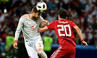 KAZAN - RUSIA, 20-06-2018: Sardar AZMOUN (Der) jugador de RI de Irán disputa el balón con Gerard PIQUE (Izq) jugador de España durante partido de la primera fase, Grupo B, por la Copa Mundial de la FIFA Rusia 2018 jugado en el estadio Kazan Arena en Kazán, Rusia. /  Sardar AZMOUN (R) player of IR Iran fights the ball with Gerard PIQUE (L) player of Spain during match of the first phase, Group B, for the FIFA World Cup Russia 2018 played at Kazan Arena stadium in Kazan, Russia. Photo: VizzorImage / Julian Medina / Cont